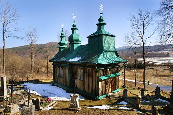 W okolicy cerkwi znajdują się 2 cmentarze